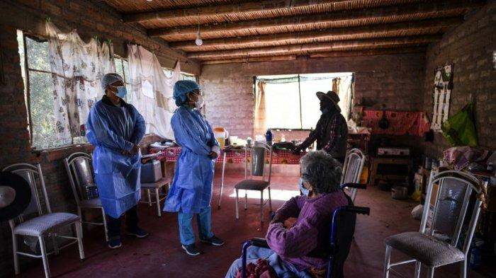 Petugas kesehatan bersiap untuk menyuntik warga lanjut usia dengan dosis vaksin Pfizer-BioNTech melawan COVID-19, di Arequipa, Peru selatan, pada 2 Juli 2021.