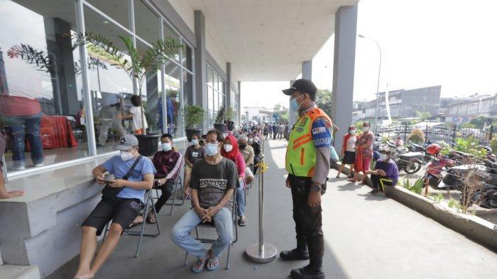 KAI Commuter menggandeng Puskesmas Kecamatan Tambora, Jakarta Barat, menggelar vaksinasi di Stasiun Duri, Minggu (25/7/2021).