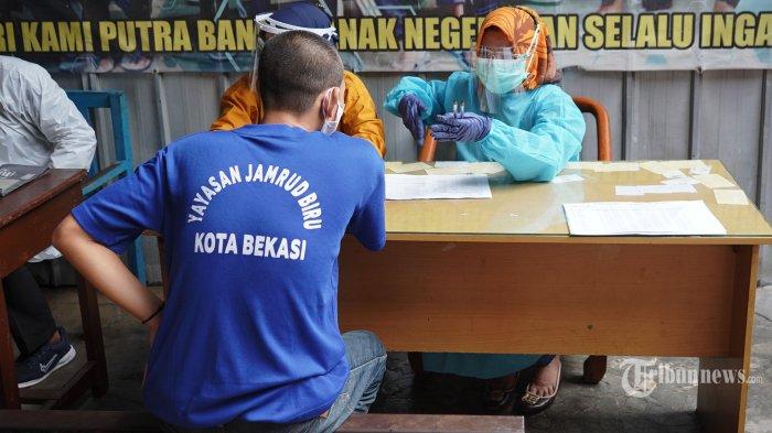 Orang dengan gangguan jiwa (ODGJ) mengikuti vaksinasi Covid-19 di Yayasan Jamrud Biru, Bekasi, Jawa Barat, Rabu (4/8/2021). Sebanyak 70 pasien ODGJ di Yayasan Jamrud Biru mengikuti kegiatan vaksinasi merdeka guna mencegah penyebaran Covid-19. Tribunnews/Herudin
