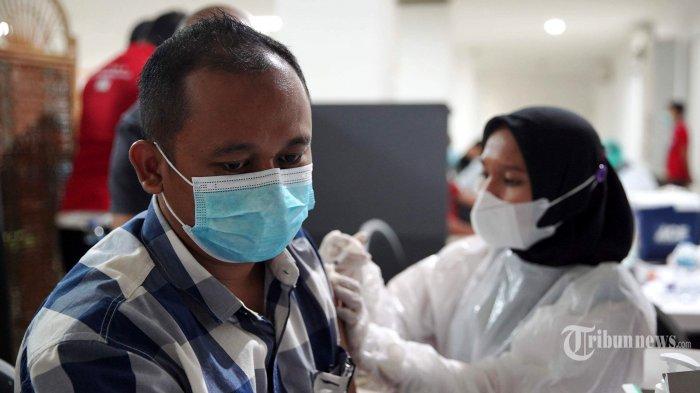 Petugas medis menyuntikkan vaksin Covid-19 AstraZeneca kepada pekerja ritel di GOR Tanjung Duren, Jakarta Barat, Senin (24/5/2021). Asosiasi Pengusaha Ritel Indonesia (Aprindo) ambil bagian dari vaksinasi pekerja ritel sebanyak 150 ribu orang, yang terbagi menjadi dua yaitu 60.000 karyawan ritel di bawah naungan Aprindo yang bekerja pada 5 (lima) wilayah DKI Jakarta dan 90.000 untuk masyarakat sasaran pemerintah dan khususnya juga para pelaku UMKM dari lima wilayah DKI Jakarta. Tribunnews/Herudin