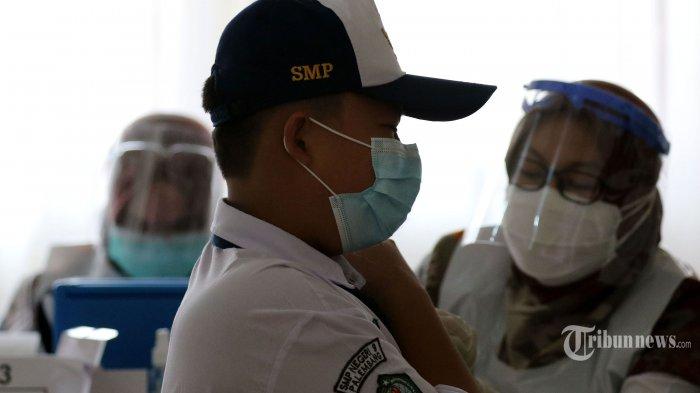 Sebanyak 750 siswa menjalani vaksinasi Covid-19 sebelum digelarnya proses pembelajaran tatap muka (PTM) terbatas di SMP Negeri 9, Kota Palembang, Sumatera Selatan, Senin (6/9/2021). Vaksinasi Covid-19 massal untuk pelajar ini digelar BIN bekerja sama dengan Dinkes Palembang dan Diknas Palembang. Kepala SMPN 9 Palembang, Komalawaty mengatakan, vaksinasi ini dilakukan di SMPN 9 Palembang dengan target sebanyak 750 siswa. Dari SMPN 9 sebanyak 560 siswa karena sebagian ada yang sudah divaksin, sisanya dari SMPN 57 Palembang guna memenuhi kuota vaksinasi. Sriwijaya Post/Syahrul Hidayat