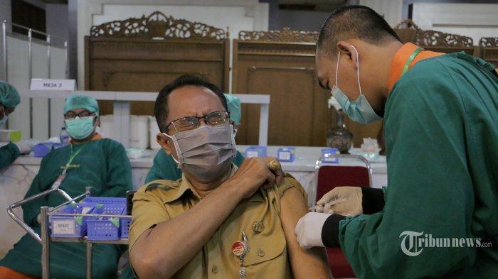 Ribuan pelayan publik dari Pemerintah Provinsi Jawa Tengah dan puluhan awak media menjalani vaksinasi Covid-19 di Gedung Grandhika Bhamti Praja Kantor Gubernur Jawa Tengah, Kota Semarang, Senin (22/2/2021). Pelaksanaan vaksinasi tahap  II di Jawa Tengah (Jateng) diharapkan berlangsung lebih cepat. Gubernur Jateng, Ganjar Pranowo menarget dalam sehari ada 1.000 pelayan publik divaksin. Hal itu disampaikannya saat meninjau proses vaksinasi tahap II tersebut. Ganjar menyapa sejumlah ASN, TNI, Polri, pejabat BUMD, wartawan hingga atlet. Tribun Jateng/Hermawan Handaka