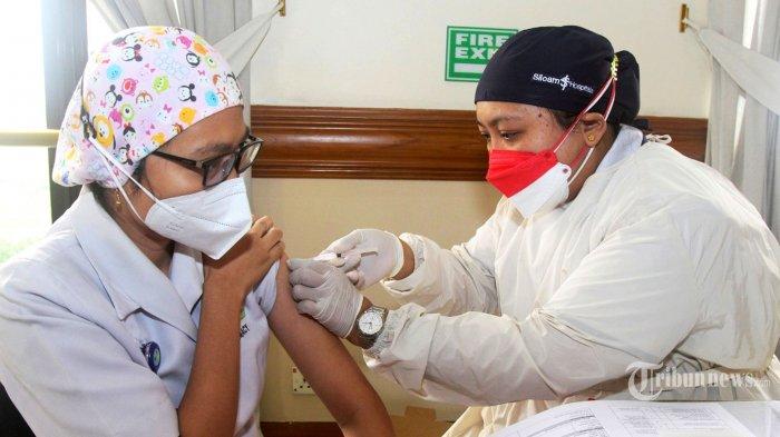 Petugas medis menyuntikkan vaksin Covid-19 booster dari Moderna kepada tenaga kesehatan Siloam Hospitals di kawasan Tangerang, Banten, Rabu (11/8/2021). Tenaga kesehatan Siloam Hospitals menerima dosis ketiga vaksin Covid-19 karena mereka adalah garda terdepan penanganan pandemi Covid-19 sehingga dapat memperkuat antibodi atau sebagai booster. Vaksinasi booster atau dosis ketiga dari Moderna untuk para tenaga kesehatan Siloam Hospitals itu sudah dilaksanakan sejak Selasa (10/8/2021). Tribunnews/Jeprima