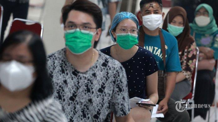 Penghuni apartemen mengikuti vaksinasi Covid-19 di Apartemen Gading Mediterania Residence (GMR), Jakarta, Kamis (17/6/2021). Apartemen Gading Mediterania Residence yang dikelola oleh Inner City Management (ICM) menggelar vaksin COVID-19 massal dengan target hingga 1.000 penghuni yang dilakukan selama dua hari. TRIBUNNEWS/IRWAN RISMAWAN