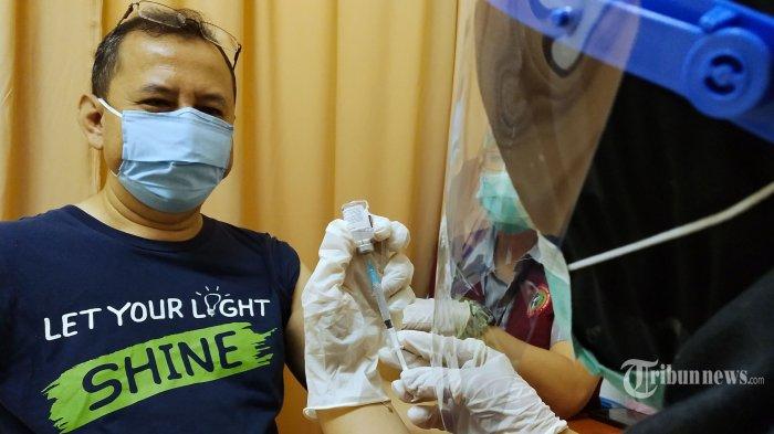 Petugas medis Dinas Kesehatan Kota Bandung menyuntikkan vaksin Covid-19 Sinovac dosis pertama kepada pekerja/pedagang pada pelaksanaan Vaksinasi Covid-19 Tahap Kedua di Balubur Town Square (Baltos), Jalan Tamansari, Kota Bandung, Jawa Barat, Jumat (5/3/2021). Kegiatan vaksinasi Covid-19 tahap kedua dosis pertama di mal ini diberikan kepada sekitar 250 pelayan yang bertugas langsung dengan publik, yakni pedagang, pengelola gedung, dan PD Pasar. Vaksinasi Covid-19 di pusat perbelanjaan atau mal sebagai bentuk konkret dalam menjaga kedinamisan kegiatan perdagangan. Tribun Jabar/Gani Kurniawan