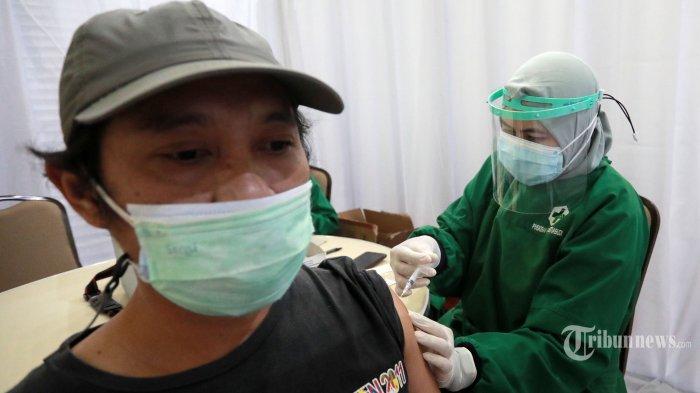 Petugas medis menyuntikkan vaksin Covid-19 kepada jurnalis di Gedung KPK, Jakarta Selatan, Selasa (23/2/2021).