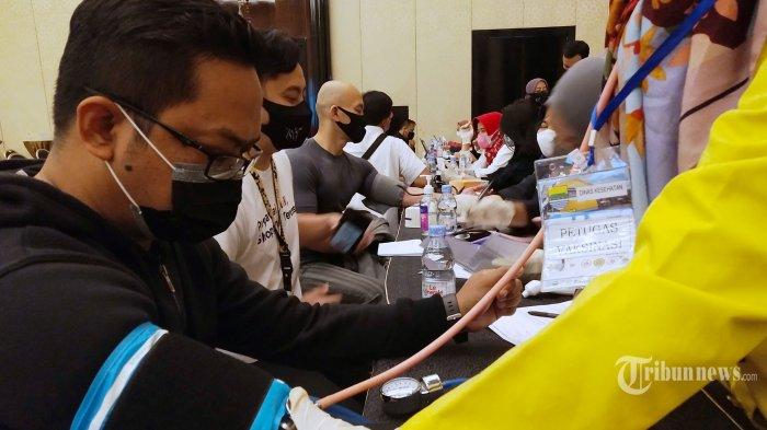Pegawai dan pelaku usaha retail diperiksa suhu tubuh dan tensi darah sebelum disuntik vaksin Covid-19 Sinovac dosis kedua pada pelaksanaan Vaksinasi Covid-19 Tahap Kedua di Trans Studio Mall, Jalan Gatot Subroto, Kota Bandung, Jawa Barat, Rabu (24/3/2021). Sedikitnya tiga ribu pegawai dan pelaku usaha di mal tersebut disuntikkan dosis kedua vaksin Covid-19 guna mewujudkan masyarakat yang sehat, produktif dan mampu memulihkan perekonomian di Kota Bandung. Tribun Jabar/Gani Kurniawan