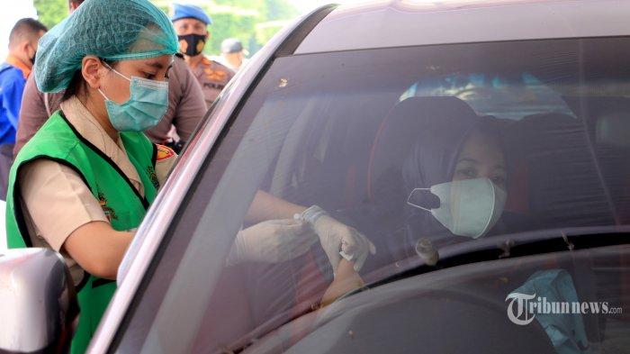 Petugas RS Bhakti Wira Tamtama melayani vaksinasi Covid-19 secara drive thru di depan Pos Naga, Simpang Lima, Kota Semarang, Jawa Tengah, Kamis (3/6/2021). Dalam vaksinasi Covid-19 secara drive thru tersebut, Polrestabes Semarang bersama Kodim 0733/BS dan Pemkot Semarang berkoordinasi dengan Sekretaris Dinkes Kota Semarang. Diharapkan dengan adanya vaksinasi secara drive thru ini bisa memudahkan masyarakat yang ingin vaksin tanpa harus mengantre lama. Tribun Jateng/Hermawan Handaka