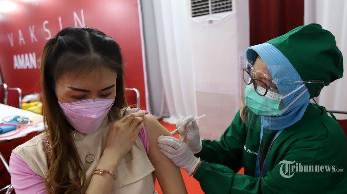 Petugas medis menyuntikkan vaksin Covid-19 fase kedua kepada sejumlah pelaku usaha perdagangan di pusat belanja Thamrin City, Jakarta Pusat, Rabu (2/6/2021).