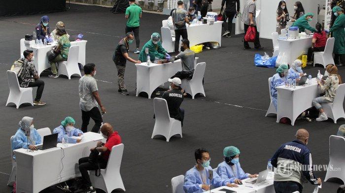 Suasana vaksinasi Covid-19 massal untuk sejumlah atlet, pelatih, dan tenaga pendukung di Istora Senayan, Gelora Bung Karno (GBK), Jakarta Pusat, Jumat (26/2/2021). Kementerian Pemuda dan Olahraga (Kemenpora) bersama Kementerian Kesehatan (Kemenkes) melakukan vaksinasi Covid-19 perdana kepada insan olahraga nasional dengan menyasar 820 orang, termasuk atlet, pelatih, dan tenaga pendukung dari 40 cabang olahraga (cabor). Tribunnews/Jeprima