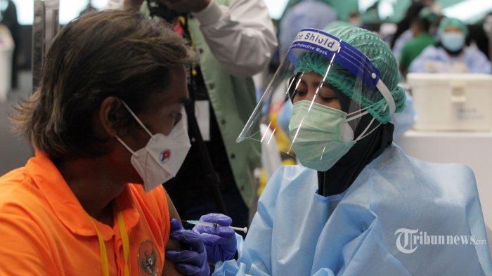 Formappi: Vaksinasi Anggota DPR Tertutup Karena Ada 'Penumpang Gelap' yang Tak Ingin Terekspose