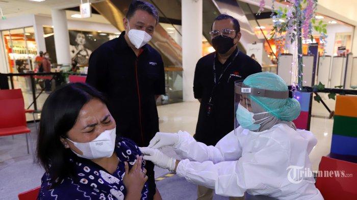 Petugas medis menyuntikkan vaksin Covid-19 kepada seorang lansia disaksikan CEO PT Lippo Malls Indonesia, Eddy Mumin (berdiri, kiri) dan Mall Direktur Cibubur Juntion, Pahala Situmeang (berdiri, kanan) pada kegiatan vaksinasi Covid-19 untuk lansia di Cibubur Junction, Jakarta Timur, Senin (22/3/2021). Lippo Malls menambah jumlah mal untuk membuka layanan vaksinasi Covid-19 sebagai bentuk komitmen Lippo Malls dalam mendukung pemerintah melalui gerakan bersama sukseskan program vaksinasi nasional untuk merealisasikan target nasional 1 juta vaksin per hari, di Cibubur Juntion. Tribunnews/Jeprima