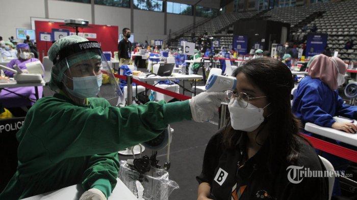 Sejumlah awak media mengikuti vaksinasi Covid-19 di Hall A Basket Gelora Bung Karno (GBK), Senayan, Jakarta Pusat, Kamis (25/2/2021). Berdasarkan data yang ada, sebanyak 1.838 awak media menjalani vaksinasi Covid-19 di GBK hari ini. Secara total, terdapat 5.512 orang yang akan mendapatkan vaksin selama tiga hari pelaksanaan vaksinasi, atau sampai Sabtu (27/2) mendatang. Para peserta vaksinasi ini adalah 512 wartawan yang sejak awal dijadwalkan mendapatkan vaksin dalam rangka Hari Pers Nasional (HPN) 2021. Kemudian ditambah 5.000 orang yang dikoordinasikan Dewan Pers bersama 10 organisasi konstituen Dewan Pers dan Forum Pemred. Tribunnews/Jeprima