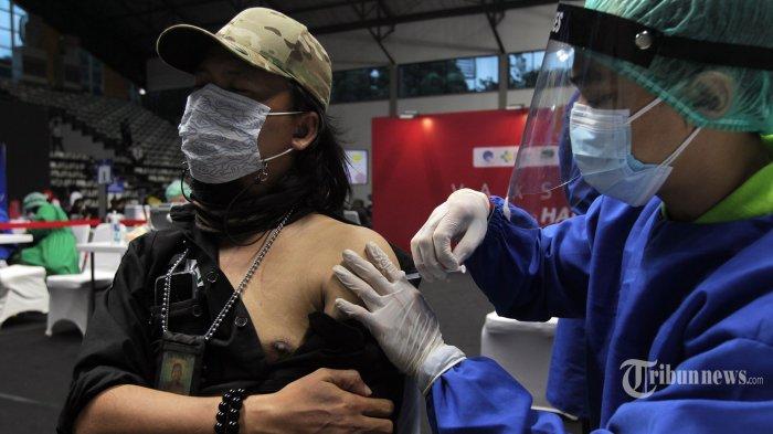 Seorang pekerja media mengikuti vaksinasi Covid-19 di Hall A Basket Gelora Bung Karno (GBK), Senayan, Jakarta Pusat, Kamis (25/2/2021). Berdasarkan data yang ada, sebanyak 1.838 awak media menjalani vaksinasi Covid-19 di GBK hari ini. Secara total, terdapat 5.512 orang yang akan mendapatkan vaksin selama tiga hari pelaksanaan vaksinasi, atau sampai Sabtu (27/2) mendatang. Para peserta vaksinasi ini adalah 512 wartawan yang sejak awal dijadwalkan mendapatkan vaksin dalam rangka Hari Pers Nasional (HPN) 2021. Kemudian ditambah 5.000 orang yang dikoordinasikan Dewan Pers bersama 10 organisasi konstituen Dewan Pers dan Forum Pemred. Tribunnews/Jeprima