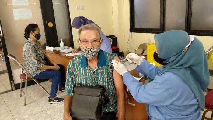 Puskesmas Kelapa Gading Melaksanakan Vaksinasi Covid-19 Guru dan Lansia di Gedung Judo