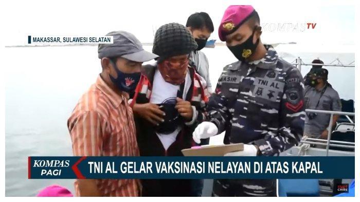 Ratusan Nelayan Makassar Disuntik Vaksin di Atas Kapal, TNI AL Sebut 25 Kapal Sudah Merapat