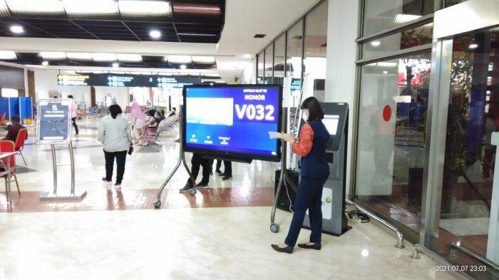PT Angkasa Pura II (Persero) menambah jam operasional sentra vaksinasi Covid-19 di Terminal 2 dan Terminal 3 Bandara Soekarno-Hatta.