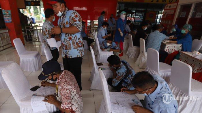 Sejumlah supir transportasi publik saat menunggu sertifikat vaksin COVID-19 usai mengikuti vaksinasi COVID-19 massal pelaku transportasi di Terminal Kampung Rambutan, Jakarta Timur, Kamis (10/6/2021).