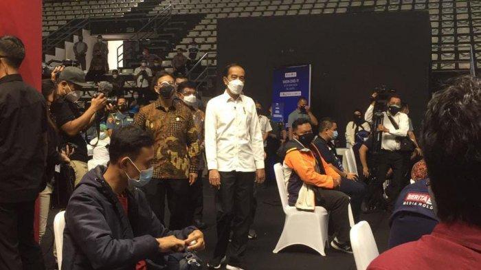 Presiden Joko Widodo (Jokowi) meninjau vaksinasi massal untuk jurnalis di kawasan Gelora Bung Karno (GBK) Jakarta pada, Kamis Pagi, (25/2/2021).