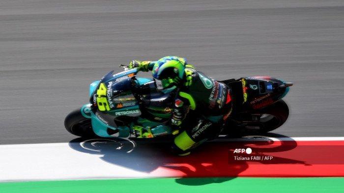 Pembalap Italia Petronas Yamaha SRT, Valentino Rossi, mengendarai selama sesi latihan bebas untuk Grand Prix Moto GP Italia di trek balap Mugello pada 28 Mei 2021 di Scarperia e San Piero.