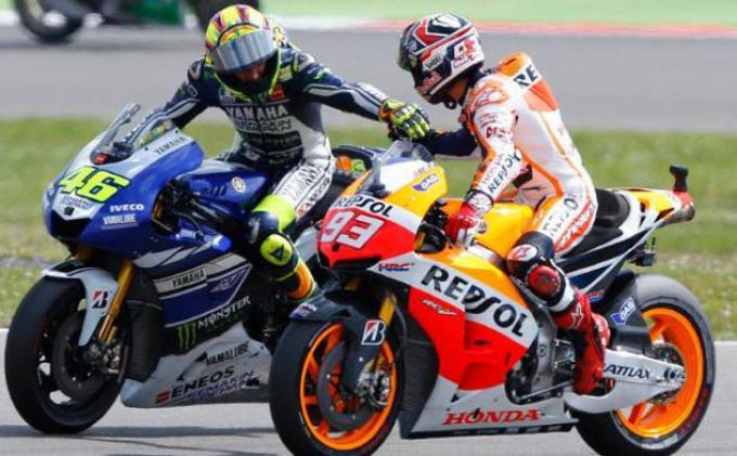 Valentino Rossi menyalami Marc Marquez