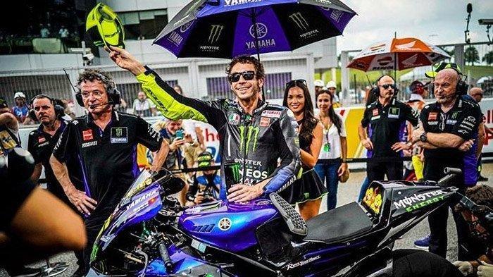 Valentino Rossi tersingkir dari Tim Yamaha, kontraknya tak diperpanjang. Tampak Rossi saat menyapa penggemarnya di sirkuit Sepang Malaysia beberapa waktu lalu.
