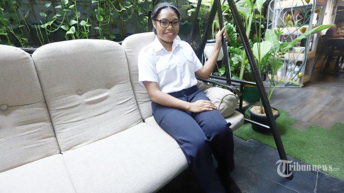 Vanda Astri Kolisano, pilot asal Papua berpose saat melakukan wawancara khusus dengan Tribunnews.com, di Jakarta, Jumat (2/8/2019). Vanda Astri Kolisano menjadi pilot perempuan pertama asal Papua yang direkrut maskapai Garuda Indonesia.  Ia lulus dari pendidikan diploma untuk Aviation for Airline Preparation di Nelson Aviation College Selandia Baru, pada Januari 2018. Pendidikan itu ia tempuh selama 3 tahun sejak 2015. TRIBUNNEWS/HERUDIN