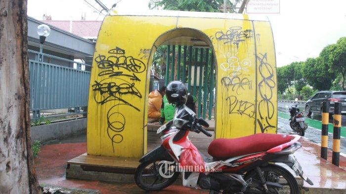 Diduga Hamil, Wanita yang Videonya Viral Mesum di Halte Jakarta