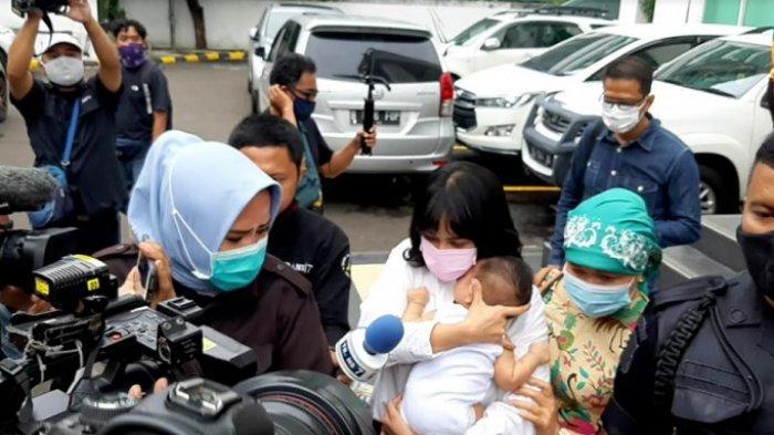 Vanessa Angel gendong anaknya menuju mobil usai jalani sidang kasus psikotropika di PN Jakbar, Kamis (5/11/2020).
