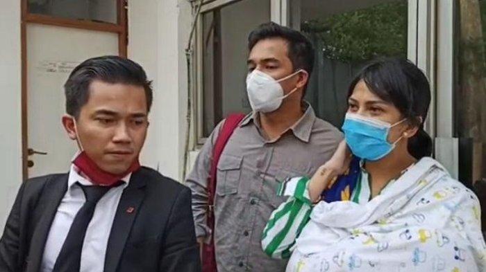 Vanessa Angel bersama Bibi Ardiansyah (tengah) dan kuasa hukumnya Arjana Bagaskara Solichin ditemui di Kejaksaan Negeri Jakarta Barat, Kamis (6/8/2020).