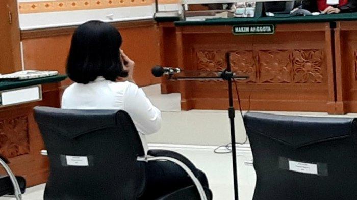 Vanessa Angel duduk di kursi terdakwa. Ia menjalani sidang kasus penyalahgunaan psikotropia beragendakan vonis di Pengadilan Negeri Jakarta Barat, Slipi, Jakarta Barat, Kamis (5/11/2020).