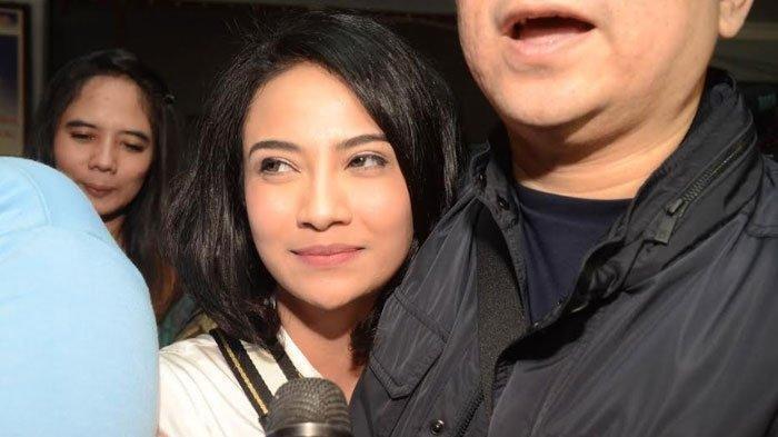Vanessa Angel mendapat pengawalan ketat dari sang pengacara, Milano Lubis. (SURYA.co.id/Ahmad Zaimul Haq)