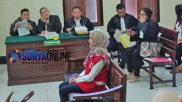 Vanessa Angel stres saat jalani sidang lanjutan di Pengadilan Negeri Surabaya, Kamis, (16/5/2019). Pada sidang kali ini, Vanessa Angel kembali jilbaban.
