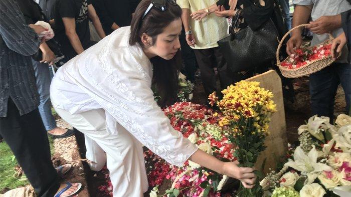 Velove Vexia hadir dalam pemakaman istri Chrisye, Yanti Noor di Tempat Pemakaman Umum (TPU) Jeruk Purut, Jakarta Selatan, Minggu (9/2/2020).