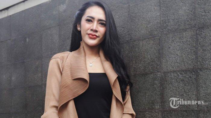 Artis Vernita Syabilla berpose usai menjadi narasumber di salah satu TV swasta di kawasan Tendean, Jakarta Selatan, Kamis (6/8/2020). Vernita Syabilla yang sempat ditangkap polisi di Bandar Lampung pada akhir Juli lalu membantah dirinya terlibat prostitusi melainkan hanya menemui klien tentang pekerjaan. Tribunnews/Herudin
