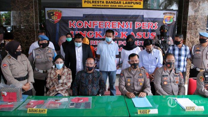 Artis Vernita Syabilla (duduk paling kiri) dengan dikawal petugas kepolisian dan didampingi penasihat hukum dihadirkan pada konferensi pers terkait prostitusi online yang melibatkan dirinya, di Mapolresta Bandar Lampung, Lampung, Kamis (30/7/2020). Dalam konferensi pers tersebut, Polresta Bandar Lampung menyatakan telah menetapkan dua muncikari sebagai tersangka dalam kasus prostitusi online yang melibatkan selebritis Vernita Syabilla. Kedua tersangka itu yakni Maila Kaesa (31) warga Pemalang, Jawa Tengah, dan Melianita Nur (21) warga Tambora, Jakarta Barat, sedangkan Vernita Syabilla hanya ditetapkan sebagai saksi, dengan barang bukti uang tunai sebesar Rp 15 juta, barang bukti transfer uang Rp 15 juta, dan alat kontrasepsi. Tribun Lampung/Deni Saputra