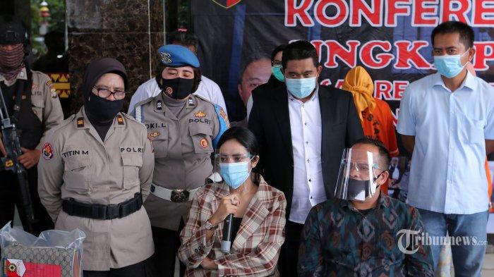 Artis Vernita Syabilla (tengah) dengan dikawal petugas kepolisian dan didampingi penasihat hukum dihadirkan pada konferensi pers terkait prostitusi online yang melibatkan dirinya, di Mapolresta Bandar Lampung, Lampung, Kamis (30/7/2020). Dalam konferensi pers tersebut, Polresta Bandar Lampung menyatakan telah menetapkan dua muncikari sebagai tersangka dalam kasus prostitusi online yang melibatkan selebritis Vernita Syabilla. Kedua tersangka itu yakni Maila Kaesa (31) warga Pemalang, Jawa Tengah, dan Melianita Nur (21) warga Tambora, Jakarta Barat, sedangkan Vernita Syabilla hanya ditetapkan sebagai saksi, dengan barang bukti uang tunai sebesar Rp 15 juta, barang bukti transfer uang Rp 15 juta, dan alat kontrasepsi. Tribun Lampung/Deni Saputra