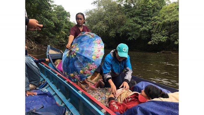 Veronika Tuti memeriksa kandungan Semit. Ibu hamil itu tidak sengaja ditemukan Tuti istirahat di tepian Sungai Gilang di atas perahu.