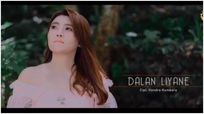 Via Vallen menyanyikan lagu berjudul Dalan Liyane.