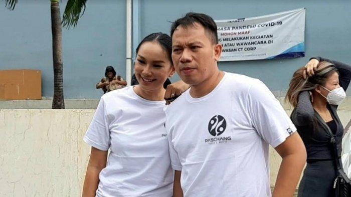 Vicky Prasetyo dan kalina Oktarani di gedung Trans TV, Jalan Kapten Tendean, Mampang Prapatan, Jakarta Selatan, Senin (21/12/2020).