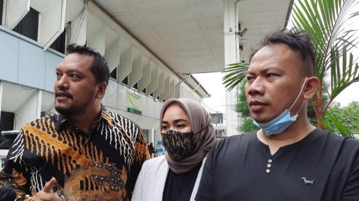 Vicky Prasetyo (kanan) bersama kuasa hukumnya Ramdan Alamsyah (kiri) di Pengadilan Negeri Jakarta Selatan, Rabu (14/10/2020).