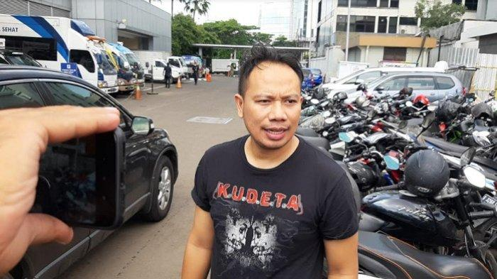 Vicky Prasetyo ketika ditemui di gedung Trans TV, Jalan Kapten Tendean, Jakarta Selatan, Kamis (12/11/2020) - Presenter Vicky Prasetyo ungkap rencana nikahi Kalina Oktarani setelah keduanya resmi berpacaran.