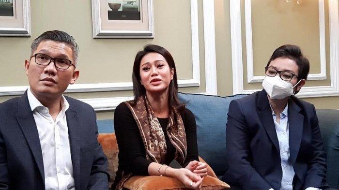 Vicky Zainal didampingi dua kuasa hukumnya saat menggelar jumpa pers di kawasan Pondok Labu Jakarta Selatan, Kamis (6/5/2021).