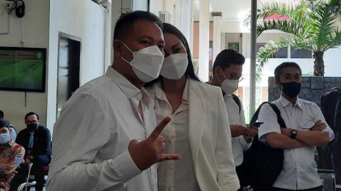 Vicky Prasetyo dan Kalina Oktarani di Pengadilan Negeri Jakarta Selatan, Kamis (9/9/2021). (TRIBUNNEWS.COM/Fauzi Nur Alamsyah)