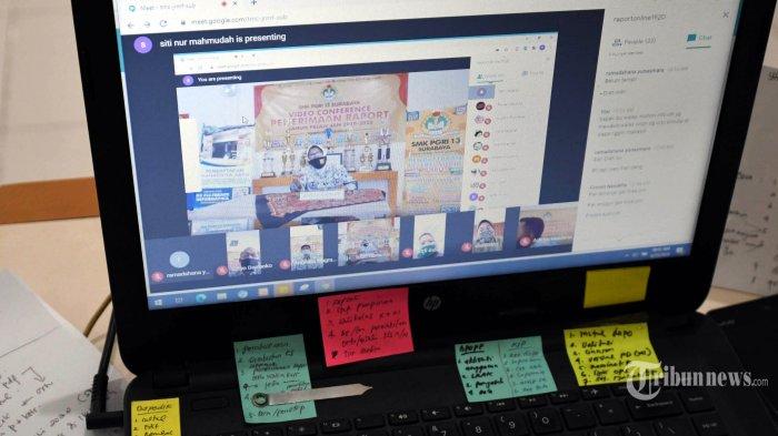 Guru memantau tatap muka Kepala Sekolah, Wali Kelas dengan wali murid melalui video confrence dalam pembagian rapor online, Kamis (25/6). Video confrence disela pembagian rapor online itu sebagai evaluasi pembelajaran daring antara pihak sekolah dengan orang tua siswa atau wali murid. SURYA/AHMAD ZAIMUL HAQ