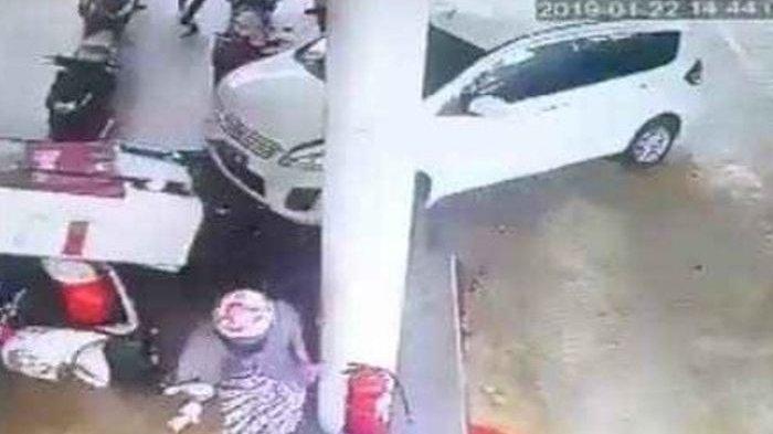 Video Detik-detik Suzuki Ertiga Hantam SPBU, 2 Motor Jadi Korban
