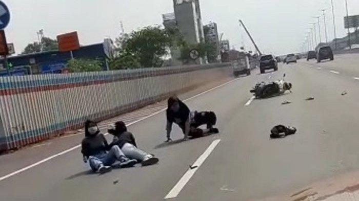 Sebuah video viral menggambarkan tiga wanita mengendarai sepeda motor masuk Tol Jakarta-Cikampek, Minggu (30/8/2020). Motor mereka terjatuh usai menyenggol sebuah mobil.