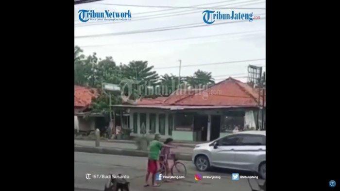 Viral Video Wanita Hadang Mobil di Tengah Jalan, Diduga Ingin Bunuh Diri, Warga Coba Cegah