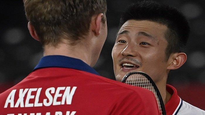 Viktor Axelsen dari Denmark menyapa Chen Long (kanan) dari China setelah memenangkan pertandingan final bulu tangkis tunggal putra pada Olimpiade Tokyo 2020 di Musashino Forest Sports Plaza di Tokyo pada 2 Agustus 2021.