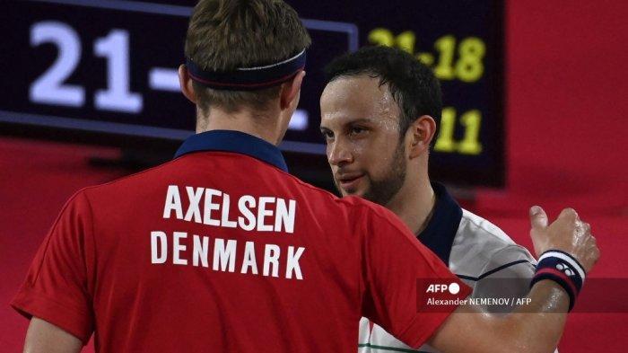 Viktor Axelsen (kiri) dari Denmark berbicara dengan Kevin Cordon dari Guatemala setelah memenangkan pertandingan semifinal bulu tangkis tunggal putra pada Olimpiade Tokyo 2020 di Musashino Forest Sports Plaza di Tokyo pada 1 Agustus 2021.
